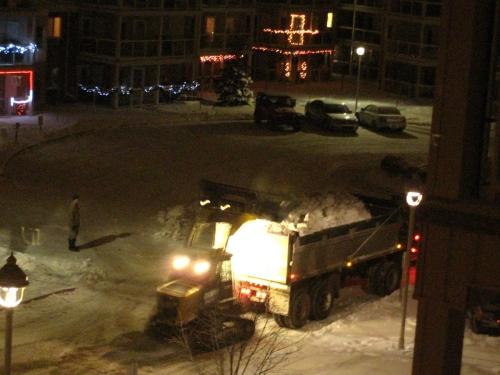 lundi soir, toute la soirée, les camions et la pelleteuse qui nettoient la neige autour de l'immeuble.
