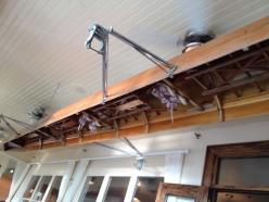 Immense kayak renversé suspendu au plafond du restaurant