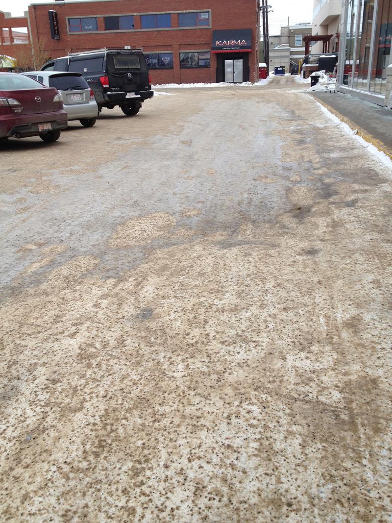 En brun, neige tassée et gravillons. En gris, verglas. La ville entière est comme ça!