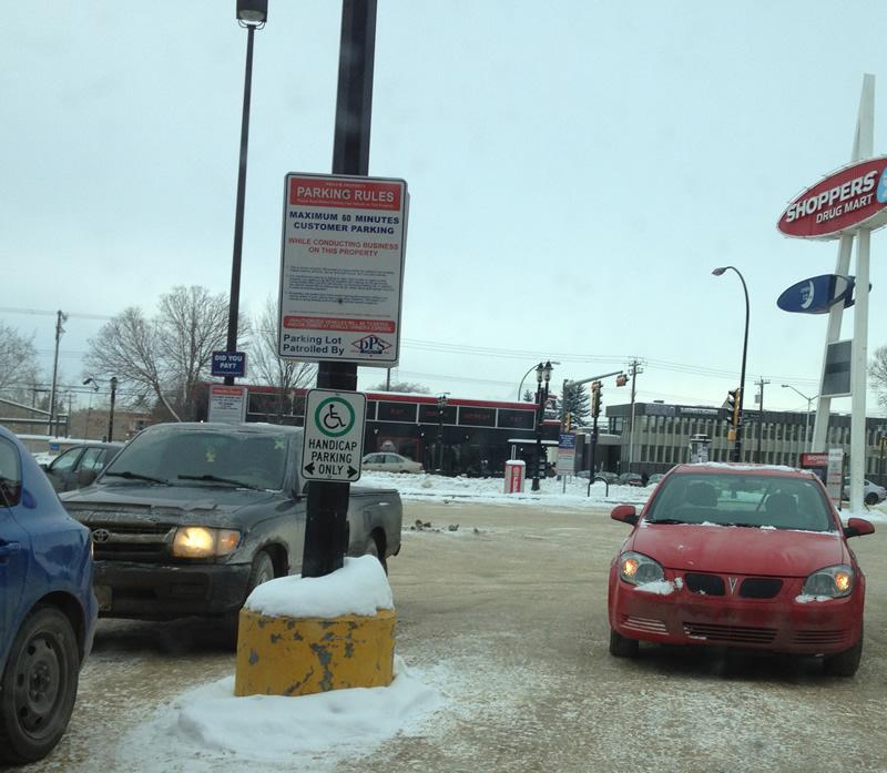 Sur les parkings, les automobilistes laissent leurs moteurs allumés pendant qu'ils vont faire leurs courses pour garder la voiture chaude...