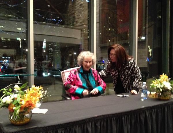 Margaret Atwood se prépare à signer des autographes.