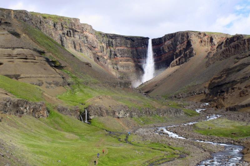 chute de Hengifoss, Islande, dans les laves sauvages