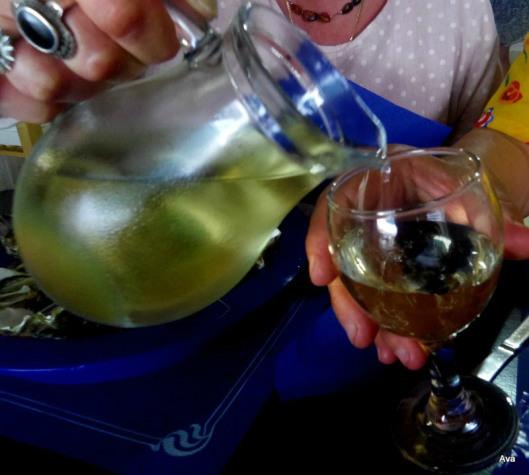 un-pichet-de-vin-blanc-trc3a8s-frais